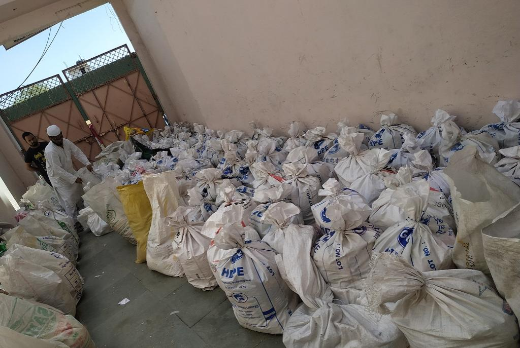 गुजरात के अहमदाबाद में प्रवासी मजदूरों के लिए राशन इकट्ठा करते एक स्वयंसेवी संगठन के सदस्य। फोटो: कलीम सिद्दीकी