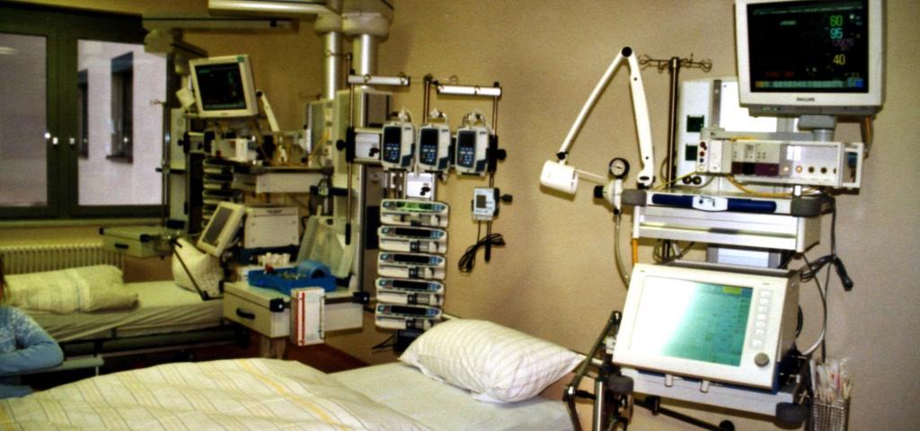 An intensive care unit. Source: Wikipedia