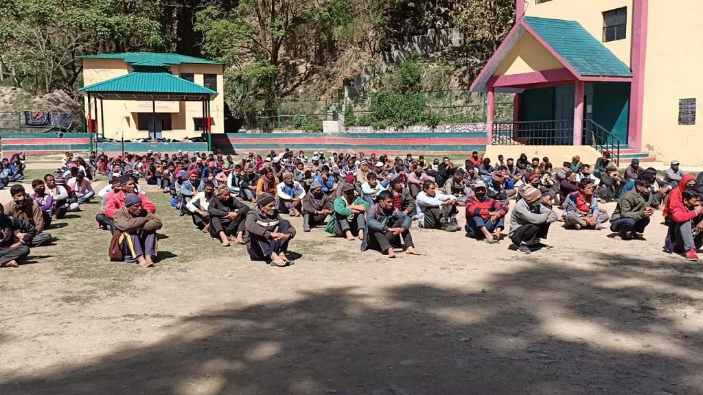 नेपाली प्रवासी मजदूरों को उत्तराखंड के पिथौरागढ़ जिले में धारचुला सीमा पर अलग-अलग जगह रखा गया है। फोटो: नदीम