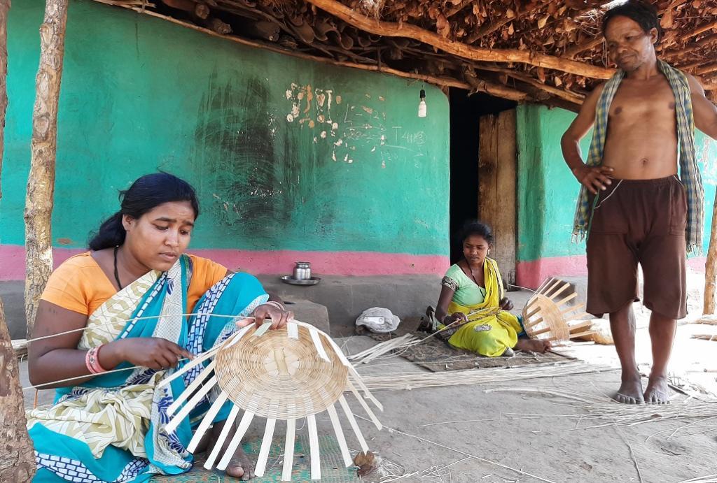 बांस की टोकरी बनाती कमार जनजाति की एक महिला। फोटो: पुरुषोत्तम ठाकुर