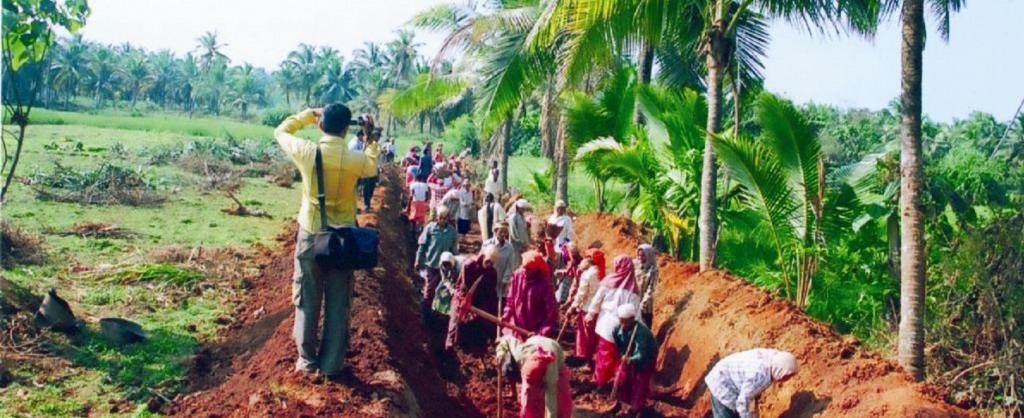 Farmers working under MGNREGA scheme. Source: Wikimedia Commons