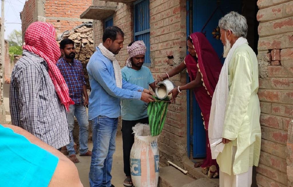 बिहार के भोजपुर में जरूरतमंदों के लिए घर-घर से राशन इकट्ठा करते एक स्वयंसेवी संस्था के कार्यकर्ता। फोटो: टि्वटर @ryaindia