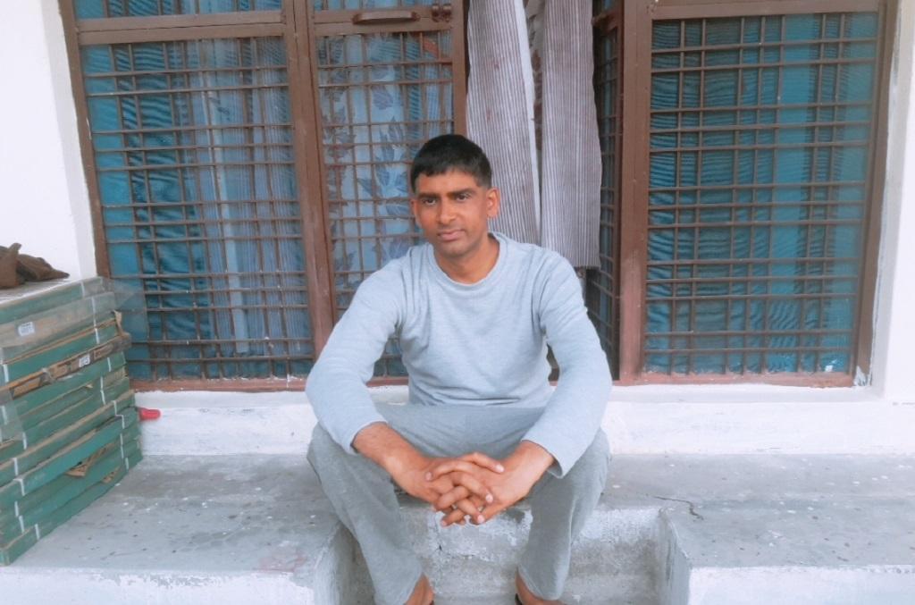 दिल्ली के पांच सितारा होटल में काम करने वाले विपिन पंथारी अब अपने गांव लौट गए हैं और वहां कोई काम शुरू करना चाहते हैं। फोटो: वर्षा सिंह