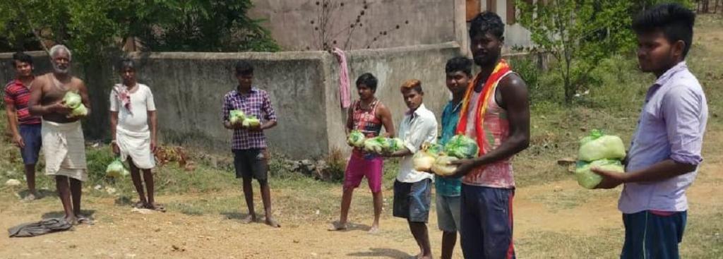 Workers from Jharkhand receiving food packets in Sajguri of Birmaharajpur block of Subarnapur district, Odisha. Photo: Priya Ranjan Sahu