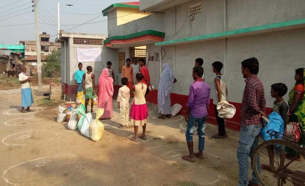 बिहार के मुंगेर जिले में राशन डिपो के बाहर खड़े लोग। फोटो: पुष्यमित्र