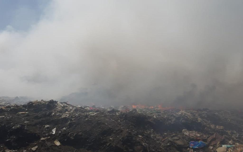 जयपुर से दूर गांव सेवापुरा में बने कचरा प्लांट में 24 दिन से आग लगी हुई है। फोटो: माधव शर्मा