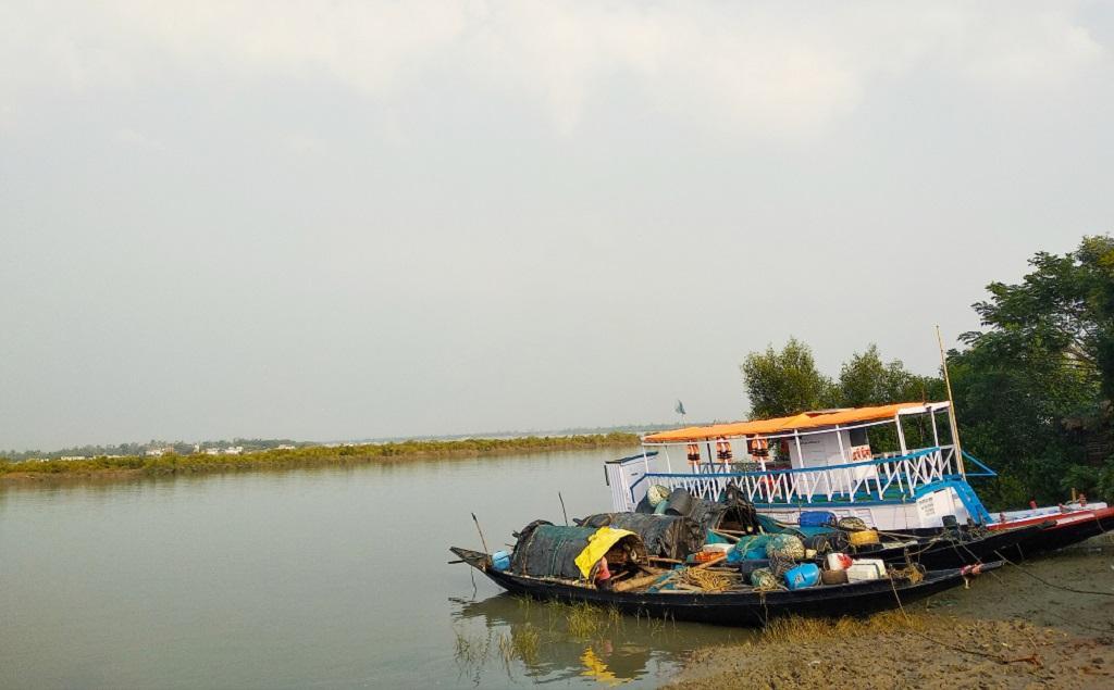 सुंदरवन में रह रहे लोग इस तरह की नावों के सहारे दुनिया से जुड़ते हैं। फोटो: उमेश कुमार राय