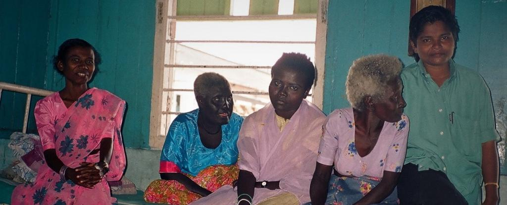 Licho (on left, in pink), the last speaker of the Sare language who died in Port Blair recently, photographed at a hospital in 2001. Photo: Anvita Abbi