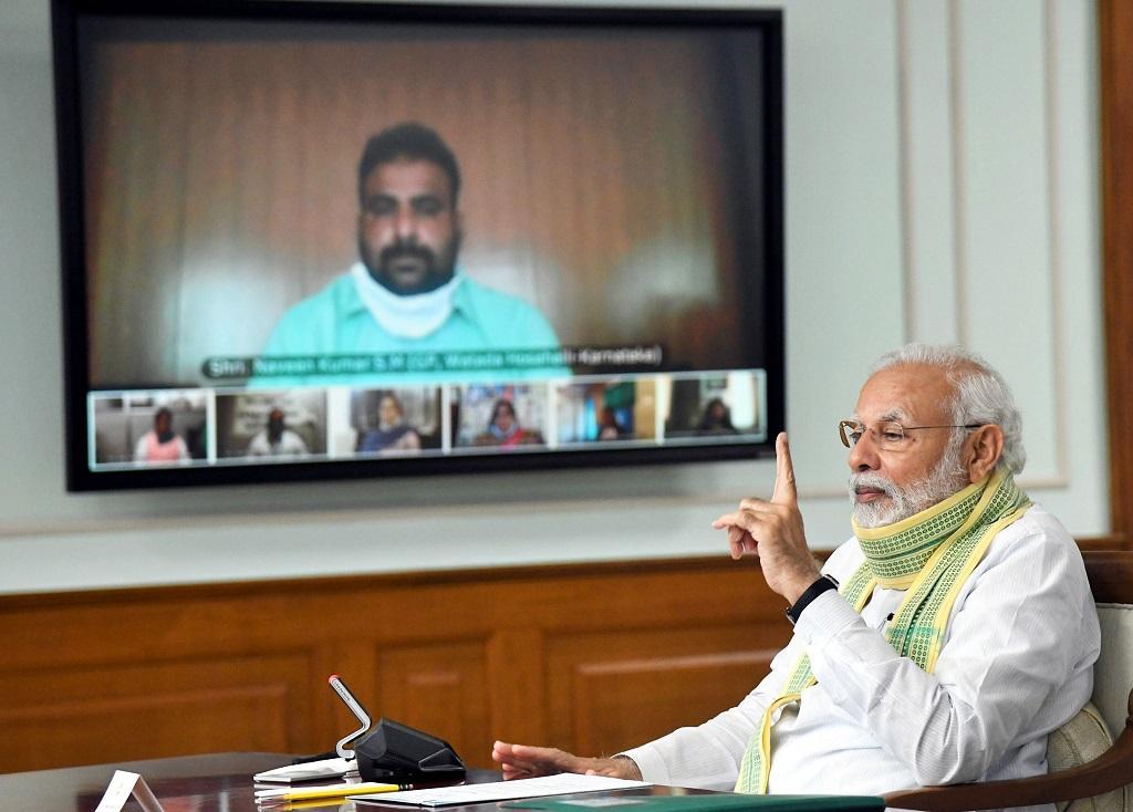 पंचायती राज दिवस पर ग्राम सरपंचों से बात करते प्रधानमंत्री नरेंद्र मोदी। फोटो: पीआईबी