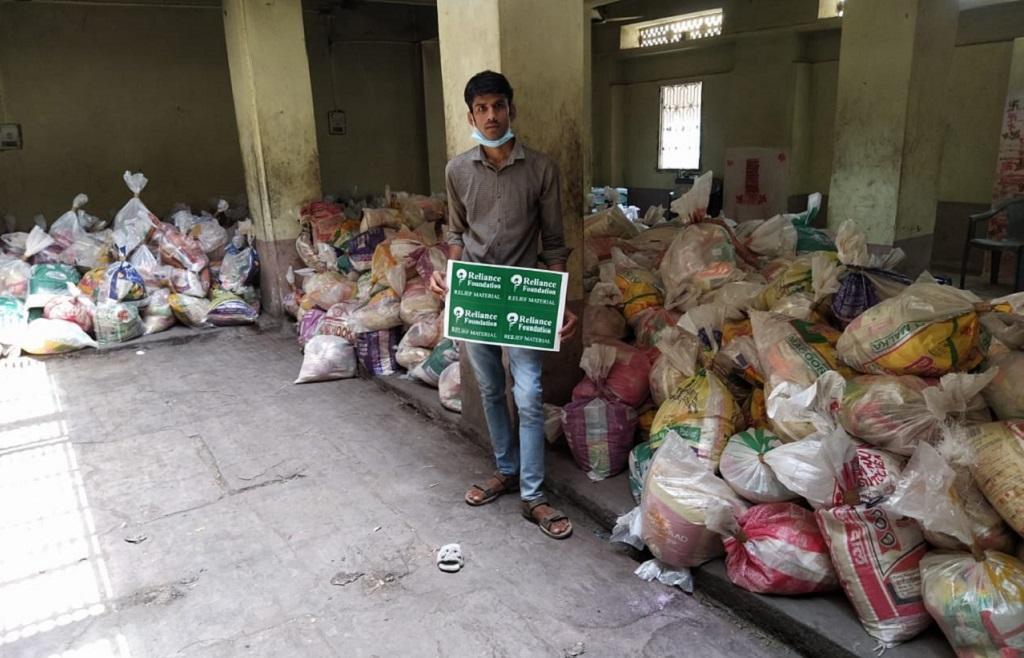 राजस्थान में स्वयंसेवी संगठन श्रम सारथी के कार्यकर्ता राशन पैकेट्स तैयार करते हुए। फोटो: माधव शर्मा