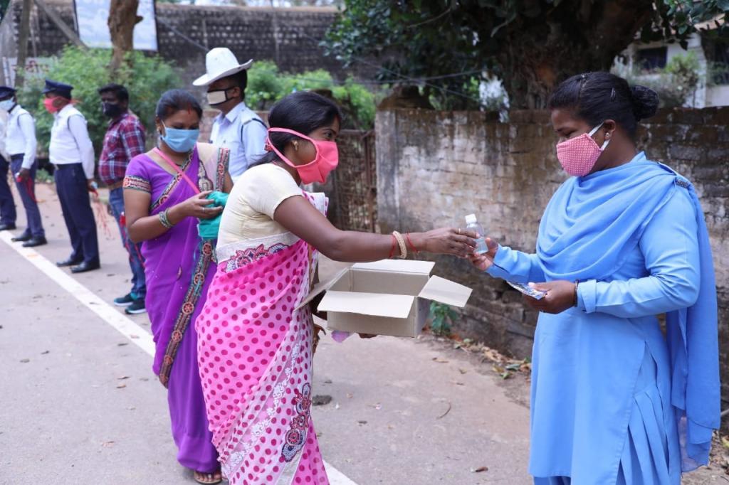 छत्तीसगढ़ की स्वयं सहायता समूह की महिलाएं महुआ से बने सैनिटाइजर का वितरण करते हुए। फोटो: अवधेश मलिक