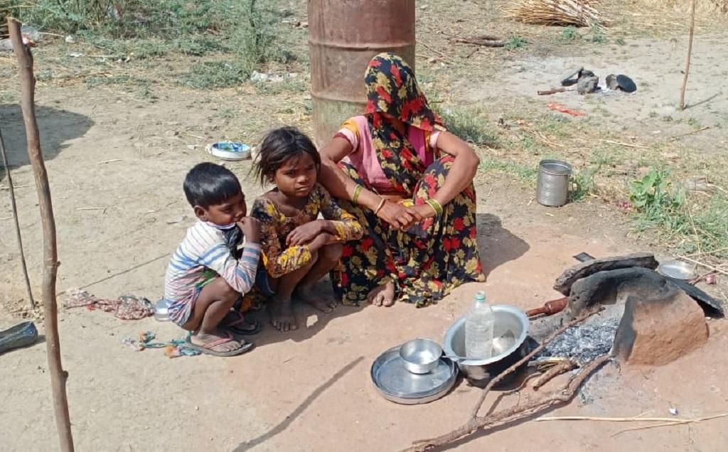 खुले में खाना बनाते मजदूर परिवार। फोटो: रमेश शर्मा
