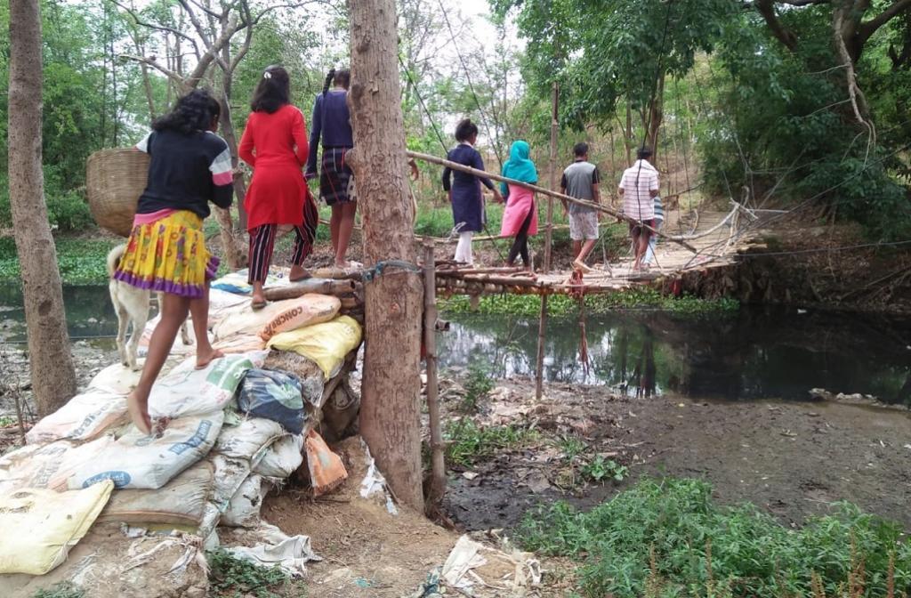 रांची स्थित सचिवालय से 2.5 किमी दूर बसा आदिवासी टोला, जहां जाने के लिए इस कच्ची पुलिया का सहारा लेना पड़ता है। फोटो: मो. असग़र खान