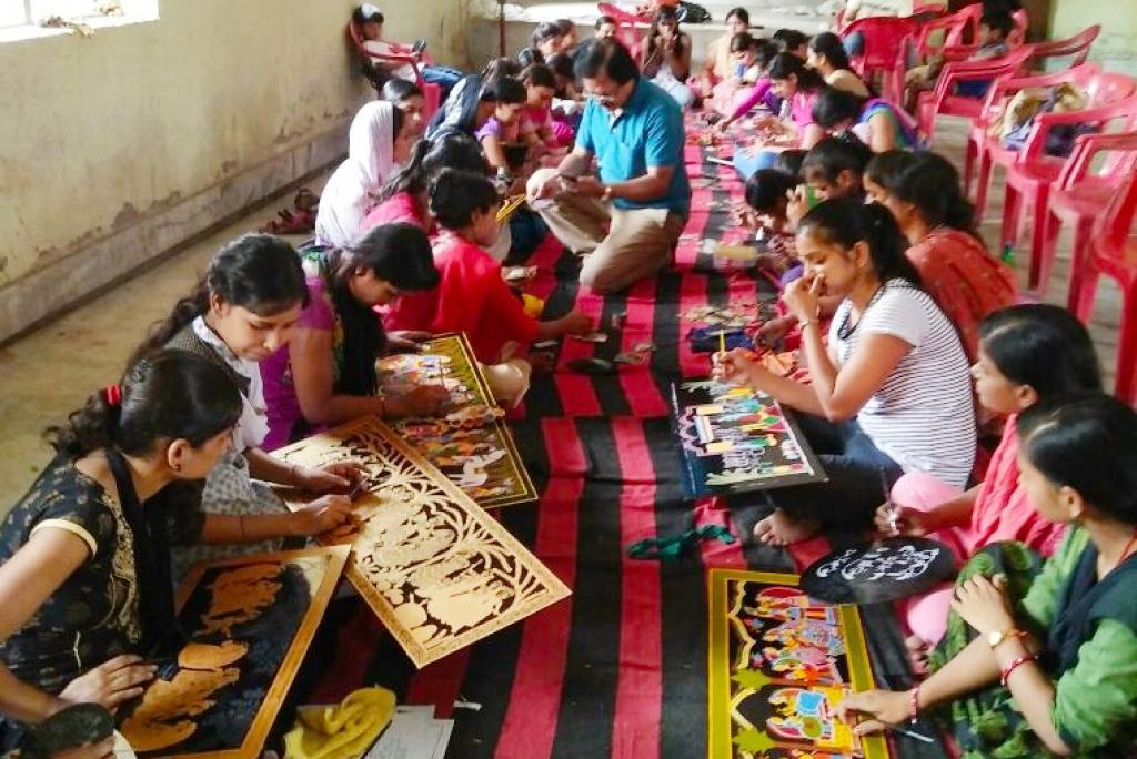 टिकुली आर्ट बनाती लड़कियां। फोटो : उमेश कुमार राय