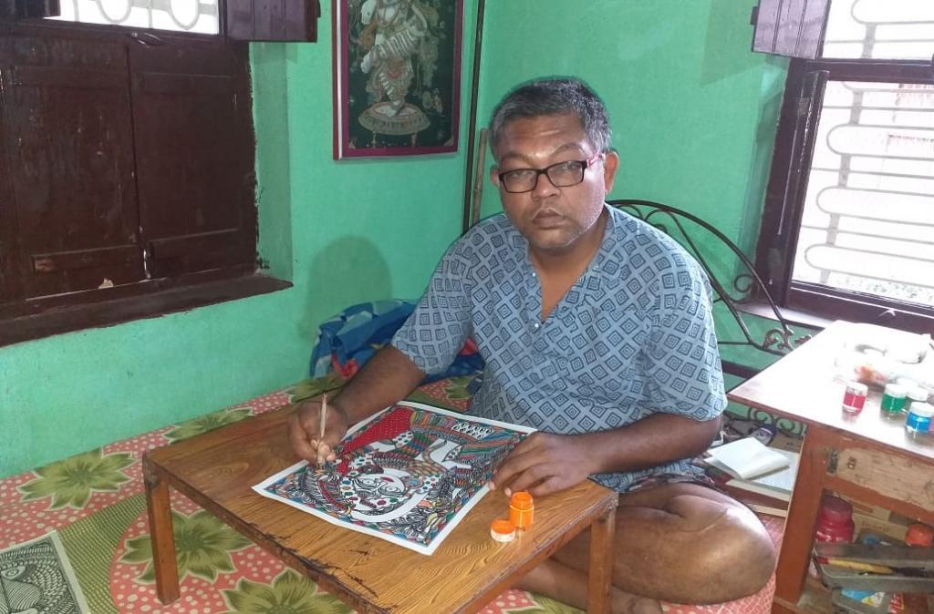 मिथिला पेंटिंग बनाते कलाकार सोनू निशांत। फोटो: उमेश कुमार राय