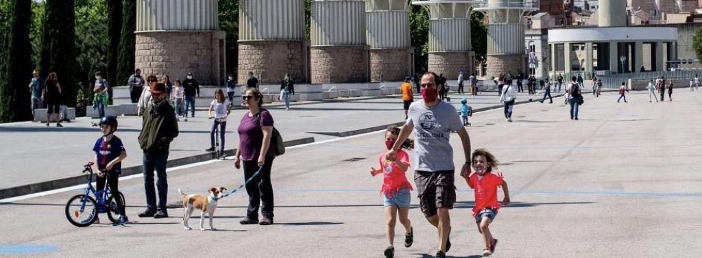 Spaniards take their children out after relaxation of lockdown. Photo: @NorbertElekes