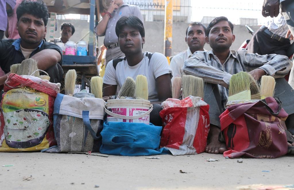 गुजरात: मजदूरों को राहत पहुंचाने पर क्यों उठ रहे हैं सवाल?