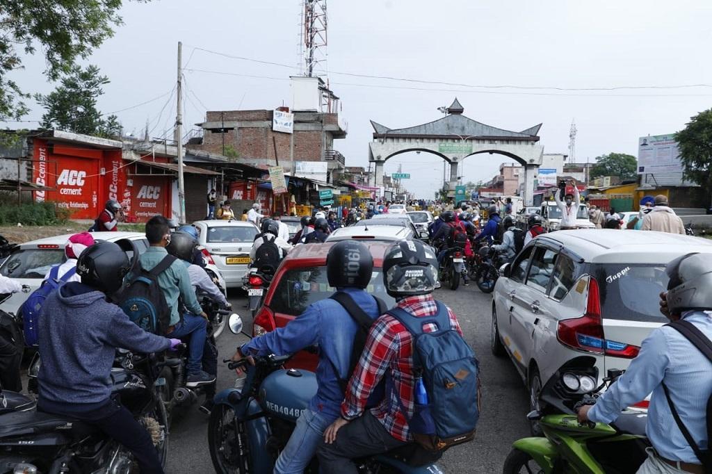 हिमाचल प्रदेश के बॉर्डर पर जमा भीड़, जो राज्य में प्रवेश करना चाहती है। फोटो: रोहित पराशर