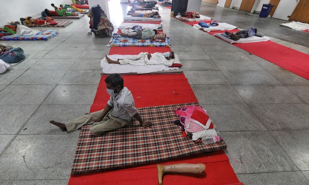 दिल्ली के यमुना स्पोर्ट्स कॉम्पलैक्स में प्रवासी मजदूरों के ठहरने का इंतजाम किया गया है। फोटो: विकास चौधरी
