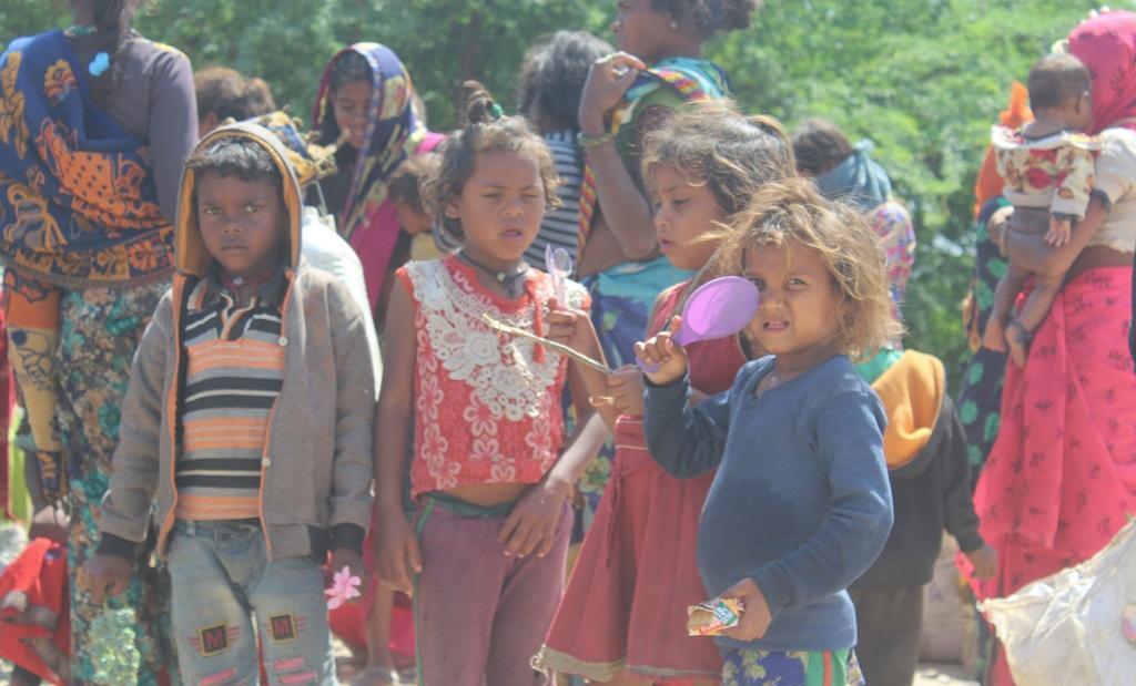 लॉकडाउन की वजह से अपने घर-गांव की ओर पैदल लौटते प्रवासियों के बच्चे। फोटो: एकता परिषद