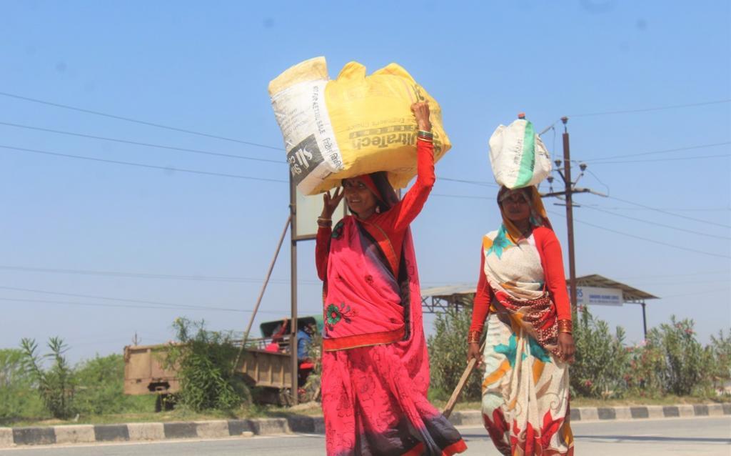 लॉकडाउन की वजह से अपने घर-गांव की ओर पैदल लौटते प्रवासी। फोटो: एकता परिषद