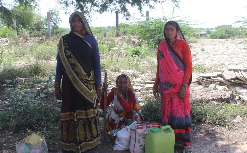 पैदल चलते-चलते थक गई महिलाएं सुस्ताते हुए। फोटो: एकता परिषद