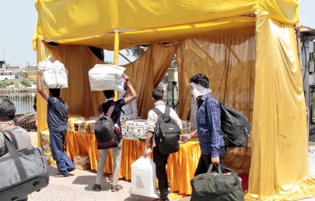 देवघर में सूरत से आने वाले श्रमिकों को प्रशासन की ओर से फूड पैकेट दिए गए। Photo: Twitter/@DCDeoghar