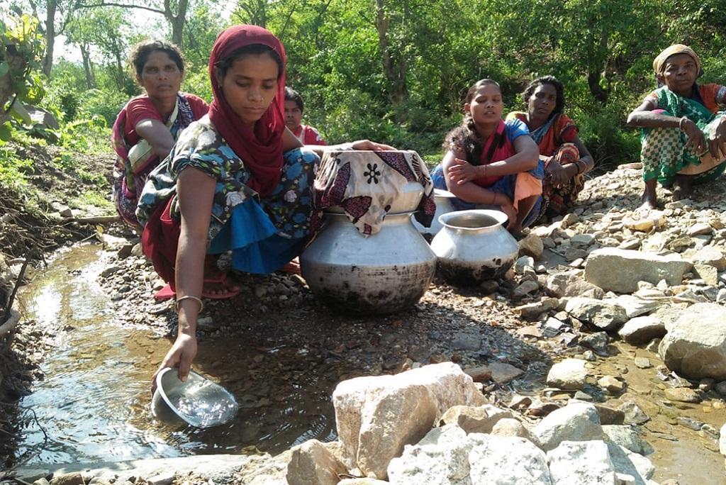 झारखंड की राजधानी रांची से 40 किमी दूर डरिया डेरा टोला के आदिवासी इस तरह पानी का इंतजाम करते हैं। फोटो मो. असगर खान
