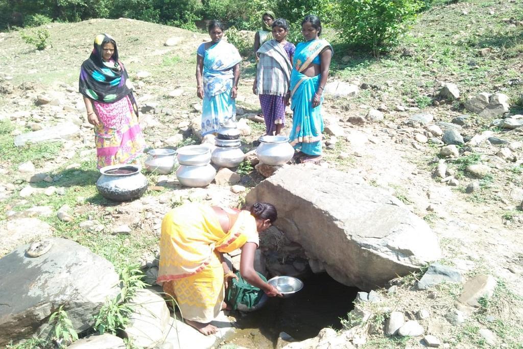 पीने का पानी लेती धन कचरा टोला की महिलाएं। फोटो: मो. असगर खान