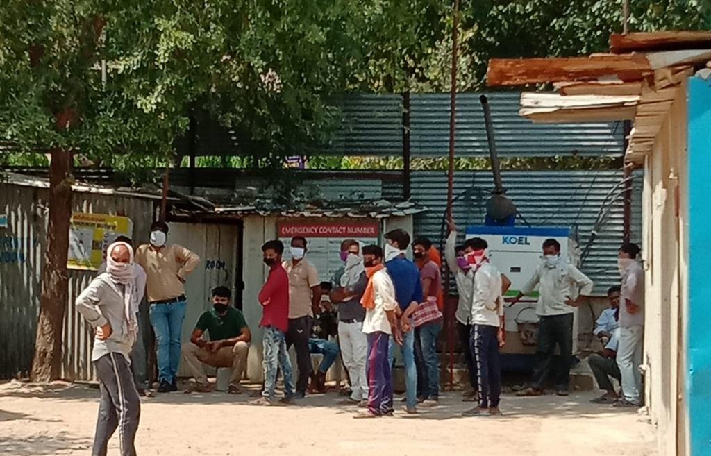 दिल्ली: द्वारका में फंसे 250 मजदूरों को नहीं मिले 5000 रुपए, राशन भी खत्म