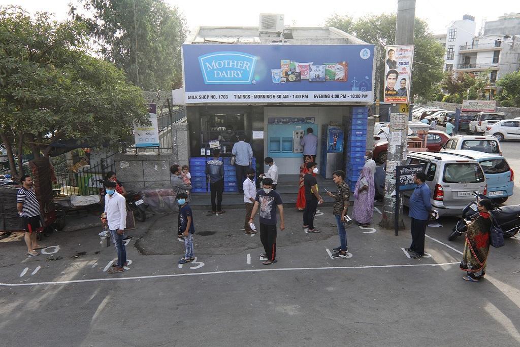 राजधानी दिल्ली में मदर डेरी पर फिजिकल डिस्टेंसिंग मेंटेन करते लोग। फोटो: विकास चौधरी