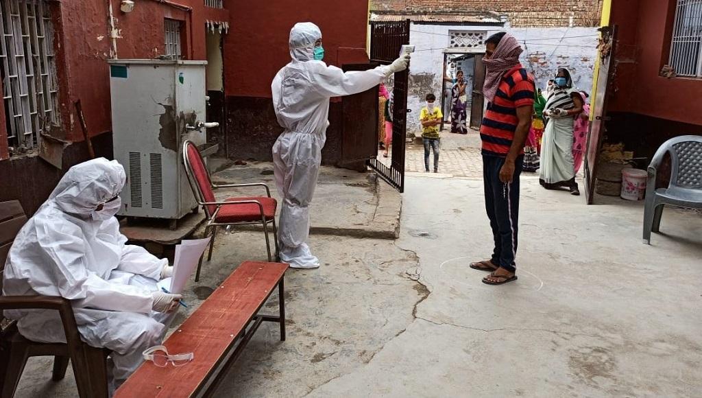 आगरा की एक बस्ती में थर्मल चेकिंग करते स्वास्थ्य कर्मचारी। फोटो: आगरा जिला प्रशासन