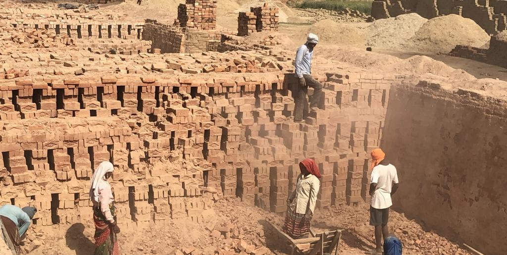 Workers working at a brick kiln. Photo: Parth Kumar / CSE