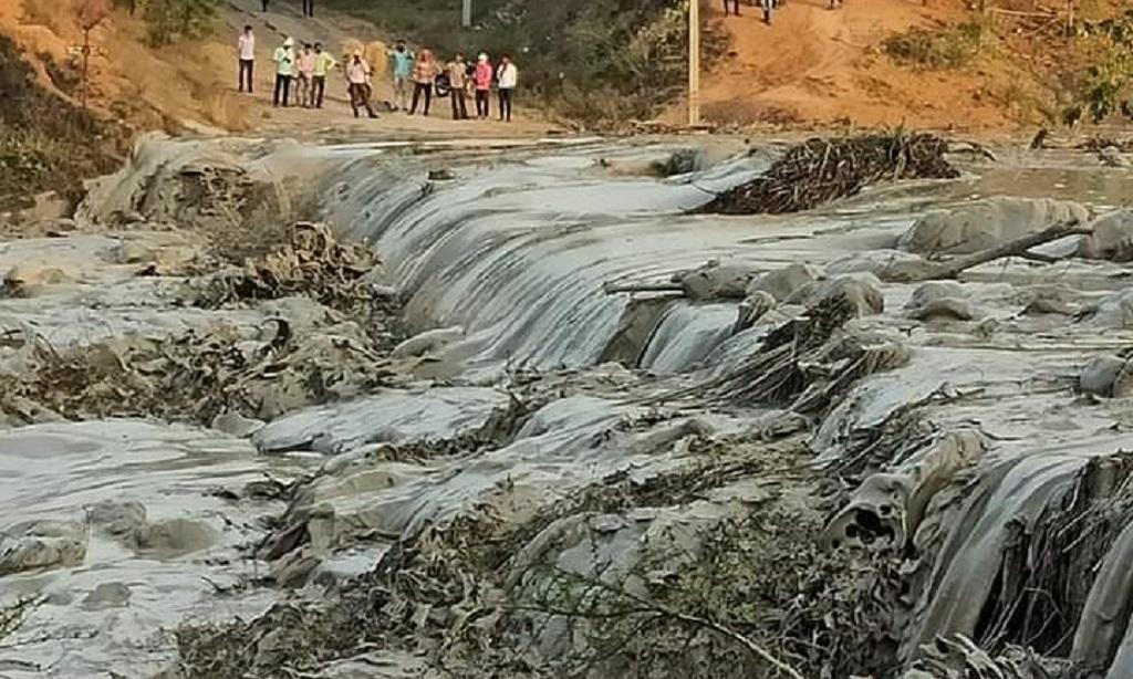 11 अप्रैल 2020 को सासन पावर प्लांट का बांध टूटने के बहती राख की गाद। फाइल फोटो