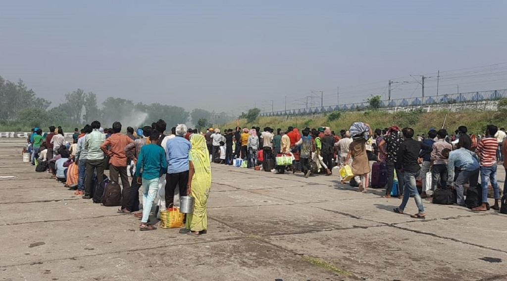 उत्तर प्रदेश के बृजघाट पर रोके गए प्रवासी। फोटो: विवेक मिश्रा