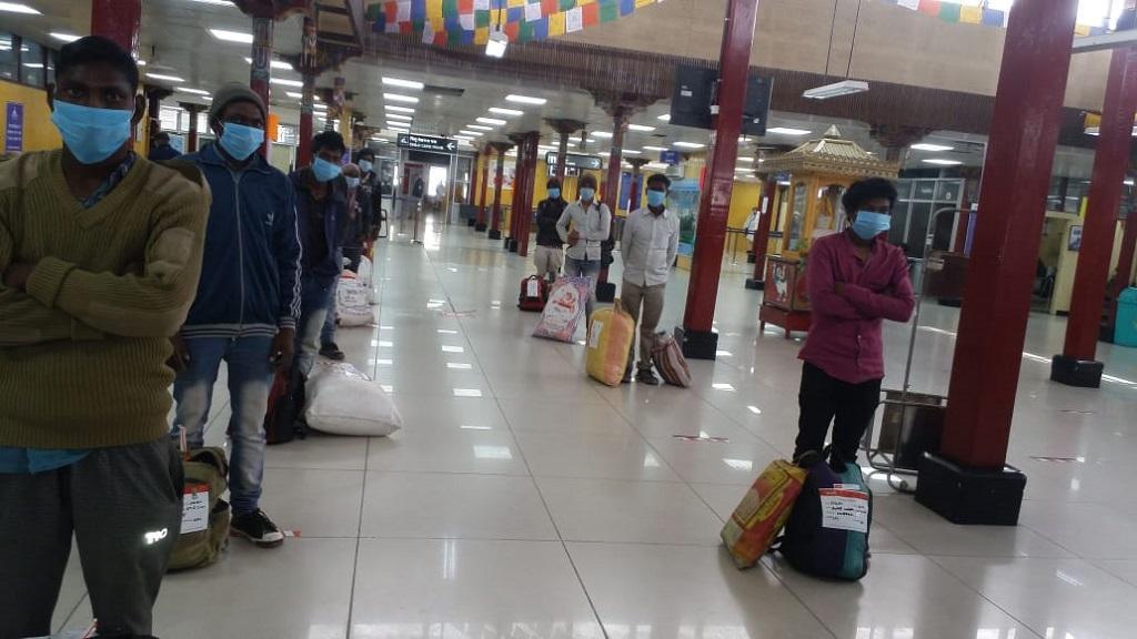 लद्दाख से इन मजदूरों को एयर लिफ्ट करके लाया गया है। फोटो: twitter @HemantSorenJMM