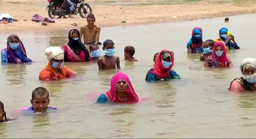 अवैध खनन के विरोध में जल सत्याग्रह करते किसान। फोटो: रणविजय सिंह