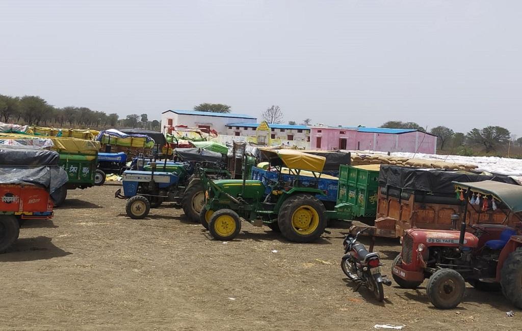 मध्यप्रदेश के विदिशा जिले में खरीदी केंद्र पर इंतजार करते रह गए 100 से अधिक किसान। फोटो: मनीष चंद्र मिश्र