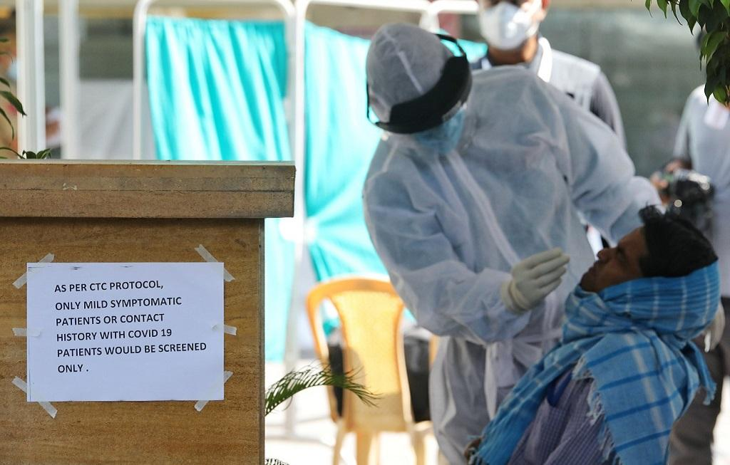 दिल्ली के पटेल नगर में कोरोनावायरस संक्रमण की जांच करते डॉक्टर। फोटो: विकास चौधरी