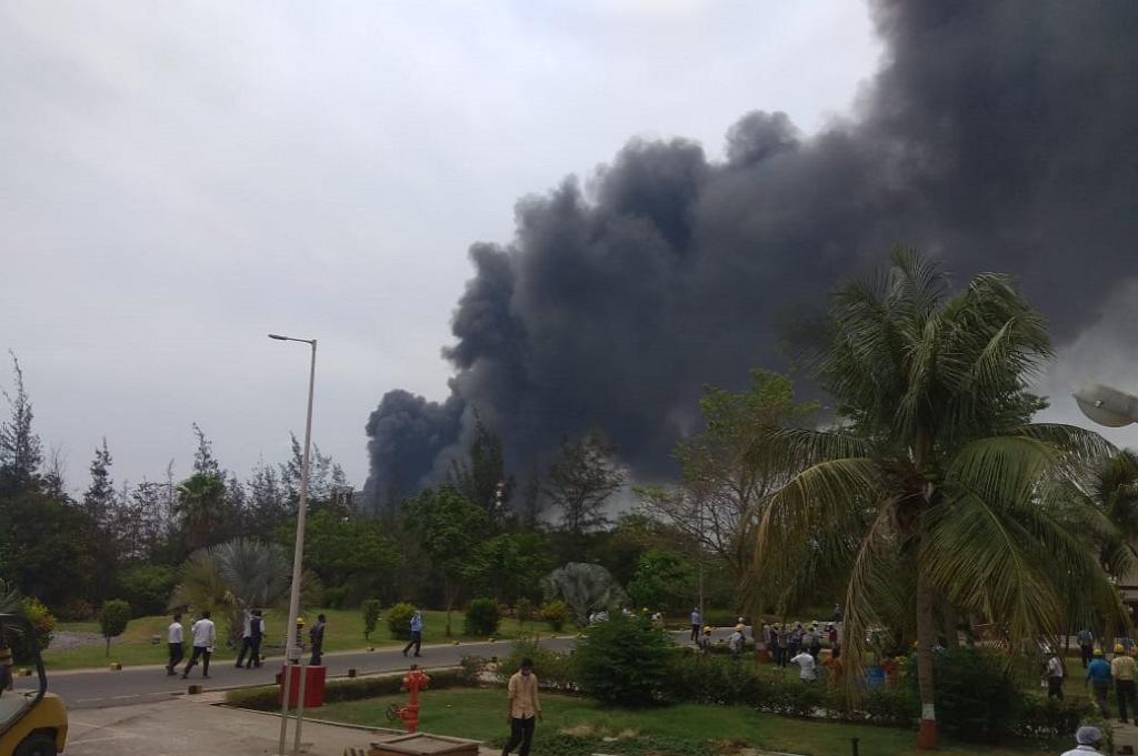 भरूच जिले के दहेज स्पेशल इकोनॉमिक जोन में एक कंपनी में विस्फोट के बाद का दृश्य। फोटो: सलीम पटेल