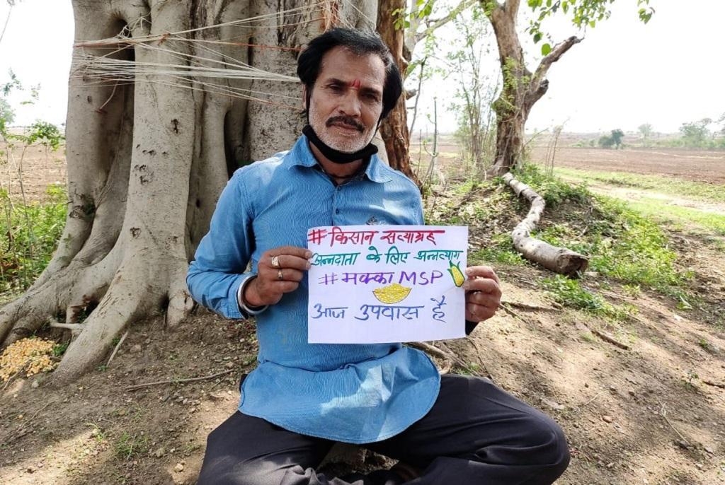 मक्का की कीमत न मिलने के विरोध में किसान कुछ इस तरह अपना विरोध दर्ज करा रहे हैं।