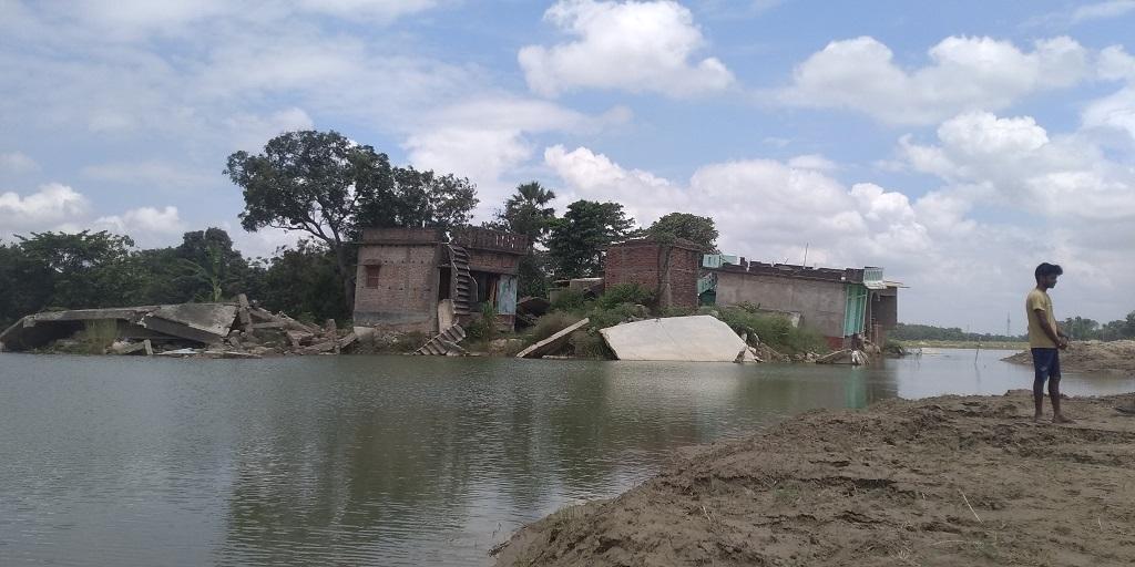 अभी भी बाढ़ का पानी जमा है नरुआर बस्ती में। फोटो: पुष्यमित्र