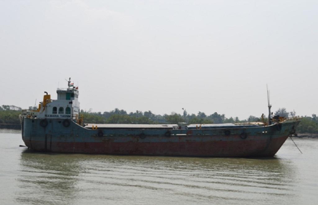 नामखाना पुल, राष्ट्रीय जलमार्ग- 97 के पास ठहरा मालवाहक जहाज । फोटो : अवली वर्मा, मंथन अध्ययन केंद्र