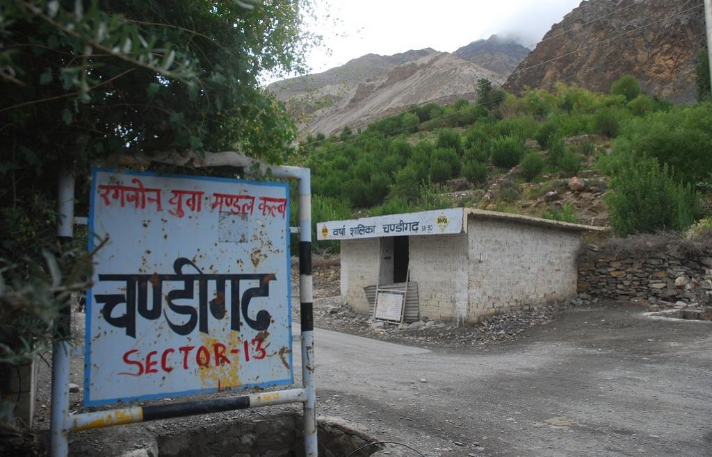 चीन बाॅर्डर से कुछ किलोमीटर की दूरी पर बसा हिमाचल के लाहौल-स्पीति जिले का चंडीगढ़ गांव। फोटो: रोहित पराशर