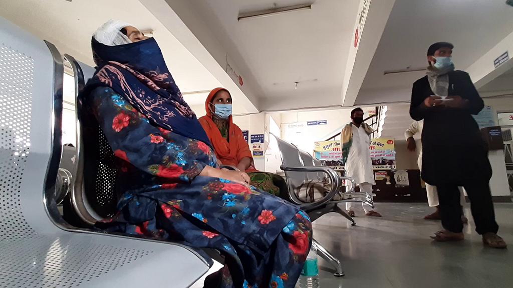 राजाजी नेशनल पार्क में हुई कार्रवाई में घायल महिला। फोटो: रोबिन चौहान