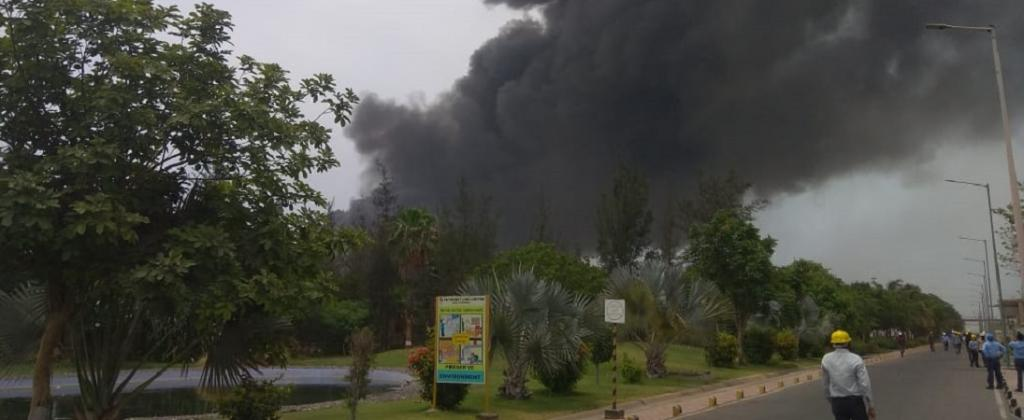 गुजरात के भरूच जिले में स्थित यशश्वी रसायन प्राइवेट लिमिटेड के केमिकल प्लांट में हुए विस्फोट के बाद उठता हुआ धुआं। फोटो: सलीम पटेल