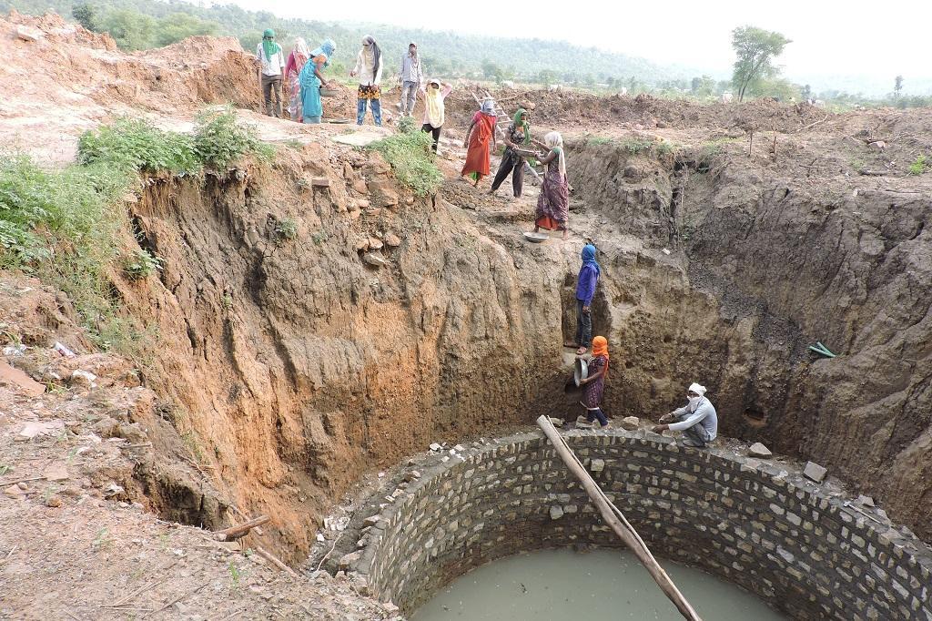 मध्यप्रदेश के सतना जिले के गांव दादिन में मनरेगा के तहत चल रहा काम।