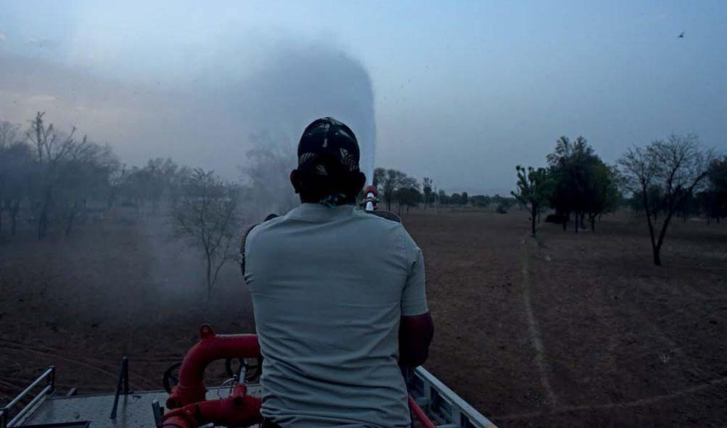 A locust control operation at Mahar kalan in Karanpur village of Jaipur district, Rajasthan, on May 27  (Photo: Adithyan)