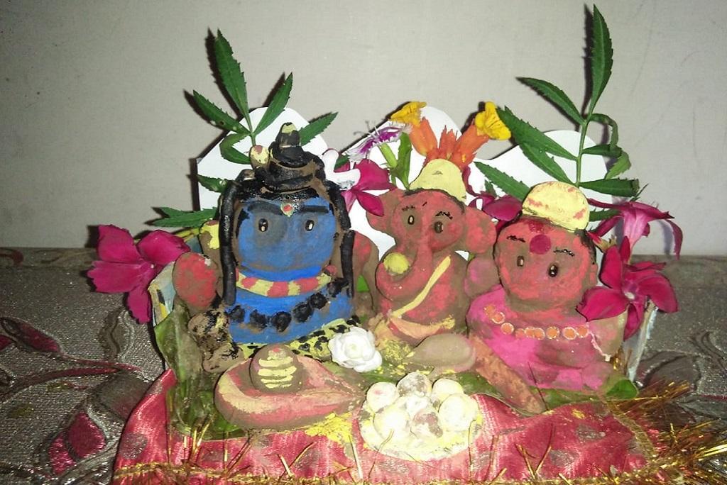 उत्तराखंड के हल्द्वानी शहर में रह रही दीपा लोहनी द्वारा तैयार डिकारे। हरेला पर्व की पूर्व संध्या पर हरेले की गुड़ाई के बाद इनकी पूजा की जाती है। फोटो: दीपा लोहनी