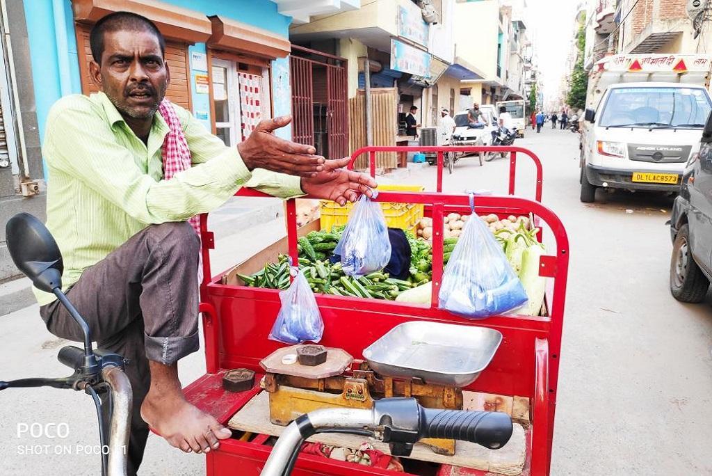 ई रिक्शा चालक मोहम्मद गेसर इन दिनों सब्जी बेचकर गुजारा कर रहे हैं। फोटो: भागीरथ